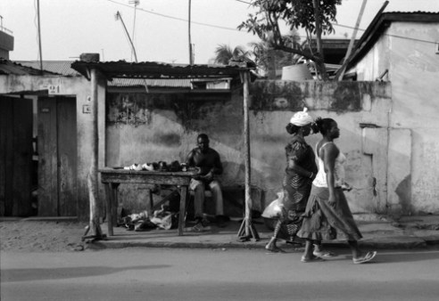 Walking<br /> Everyone walks a lot in Lomé. Or we take « zémidjans », those moto-taxis at red lights on crossways before carrying you to the other side of town, at your own risks. Decades of dictatorship and IMF structural adjustment plans wiped out what remained as public transports. Running public transports again would make moto-taxi drivers unemployed.