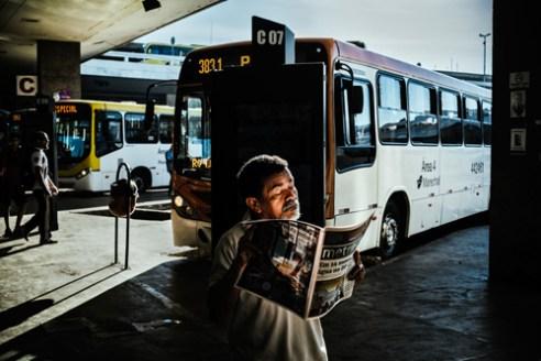 senhor-lendo-jornal-02-rodoviaria-01-06-2016_1000