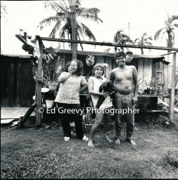 fisherman-leslie-kolo-his-wife-and-daughter-niumalu-nawiliwili-kauai-home-2666-62-8a-8-73