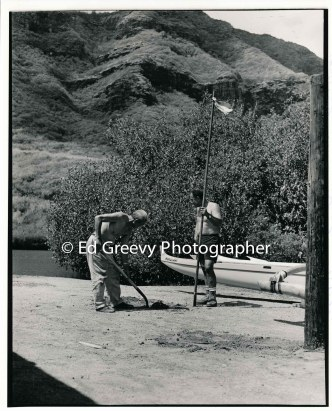 stanford-achi-holding-pole-and-niumalu-nawiliwili-resident-work-on-the-kauai-canoe-club-grounds-2666-84-20-8-73