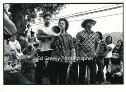 after-circuit-court-protest-demo-waiahole-waikane-residents-gather-to-%22sum-up%22-the-protest-wiath-the-bull-horn-is-auntiennene-manalo-peter-thompson-behind-and-bob-nakata-on-the-right-2981-4