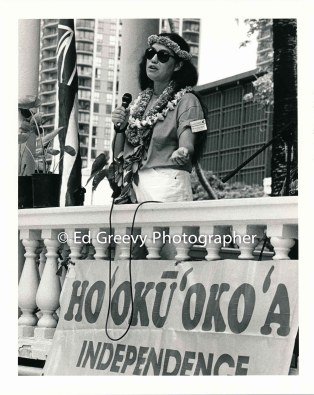 mililani-trask-addresses-overthrow-protesters-at-commoration-of-the-overthrow-sovereignty-sunday-1992-7067-3-14