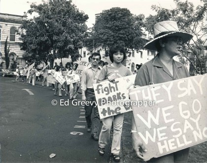 waiahole-waikane-residents-picket-circuit-court-to-protest-evictions-odie-davis-at-rt-2981-7-19a-4-21-76