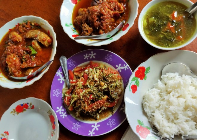 Left to right: fish curry, chicken curry, rosal leaf soup, green tea leaf salad at bottom