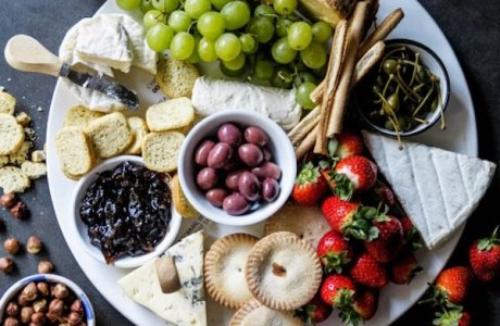 How to Make a Holiday Cheeseboard
