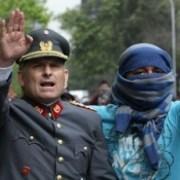 """Foto de encapuchado protegiendo a militar: autor comenta que """"es como el ying y el yang"""""""