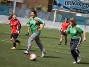 Autoridades homenajean a bi campeonas nacionales de fútbol escolar disputando un partido con ellas