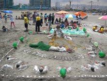 Niños de la catequesis construyeron figuras bíblicas en la arena