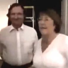 """El video donde Bachelet asegura que fotos con delantal de médico son """"grito y plata"""""""