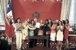 Ministra Schmidt critica a gobierno de Bachelet en acto en La Moneda