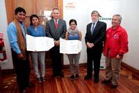 Collahuasi entrega becas universitarias 2013 a 2 jóvenes estudiantes de pueblos originarios
