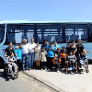 Entregan bus para alumnos  de escuela especial Coanil