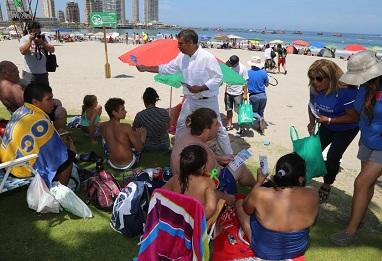 """Campaña de verano refuerza alcalde Soria en playa Cavancha: """"Cuando te retires, no olvides tu basura"""""""
