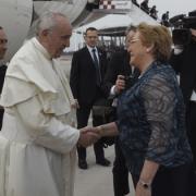 Francisco es recibido por la Presidenta Bachelet al iniciar su visita pastoral a Chile