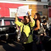 Mujer en marcha feminista clama que le devuelvan a su hija que se la robaron al nacer, hace 39 años