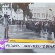 """Colegio de Periodistas no cree versión de Mega y denuncia """"grave falta a la ética"""" por difundir, sin advertir, imágenes de archivo de marcha #8M en Valparaíso."""