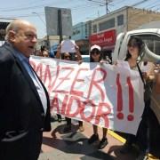 """""""Insulza traidor"""" gritaron feministas de Arica al Senador José Miguel Insulza, quien debió enfrentar una funa"""