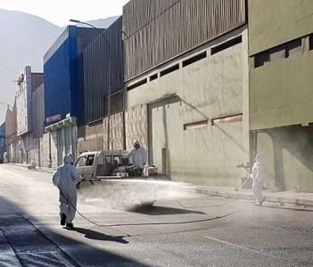 Como medida preventiva, sanitizan calles y espacios comunes del recinto amurallado de Zona Franca