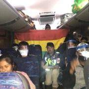 Y llegó el día. Cientos de bolivianos son trasladados hacia la frontera para cruzar a Bolivia y quedar en cuarentena en campamento de emergencia