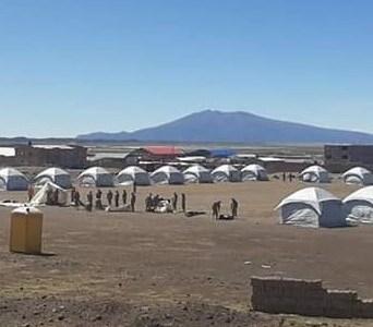 Se inició instalación de carpas de aislamiento que albergará a los bolivianos varados en Tarapacá, desde hace 8 días