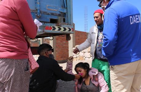 Un herido en conato en la frontera entre bolivianos que intentan ingresar a su país y militares que custodian el paso
