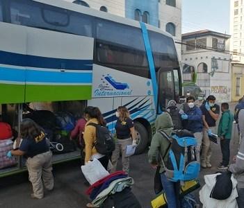 450 ciudadanos bolivianos fueros trasladados en 10 buses hacia Colchane, para que puedan ser repatriados a Bolivia