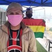 Ciudadanos bolivianos que permanecen en Piscina Alcalde Godoy piden ayuda y recinto sanitario para esperar repatriación