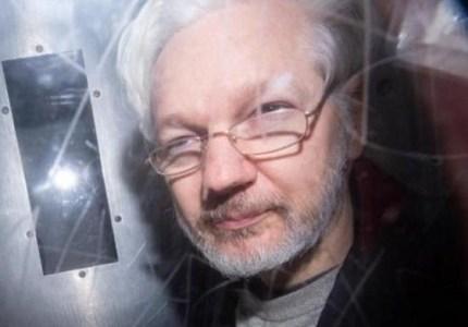 Denuncian que Julián Assange está esposado, desnudo y sometido a rayos X en Inglaterra