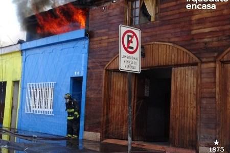 Incendio en centro de Iquique destruyó 10 viviendas y un local comercial. 10 compañía para sofocar las llamas