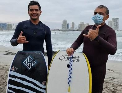 Alcalde reelecto de Iquique cumple desafío y se lanza al mar junto a doble campeón mundial de bodyboard
