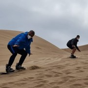 En Santuario de la Naturaleza Cerro Dragón, alcalde Soria practicó sandboard junto a campeón mundial José Martínez