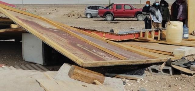 Fuertes vientos derriban casa de material ligero en Colchane