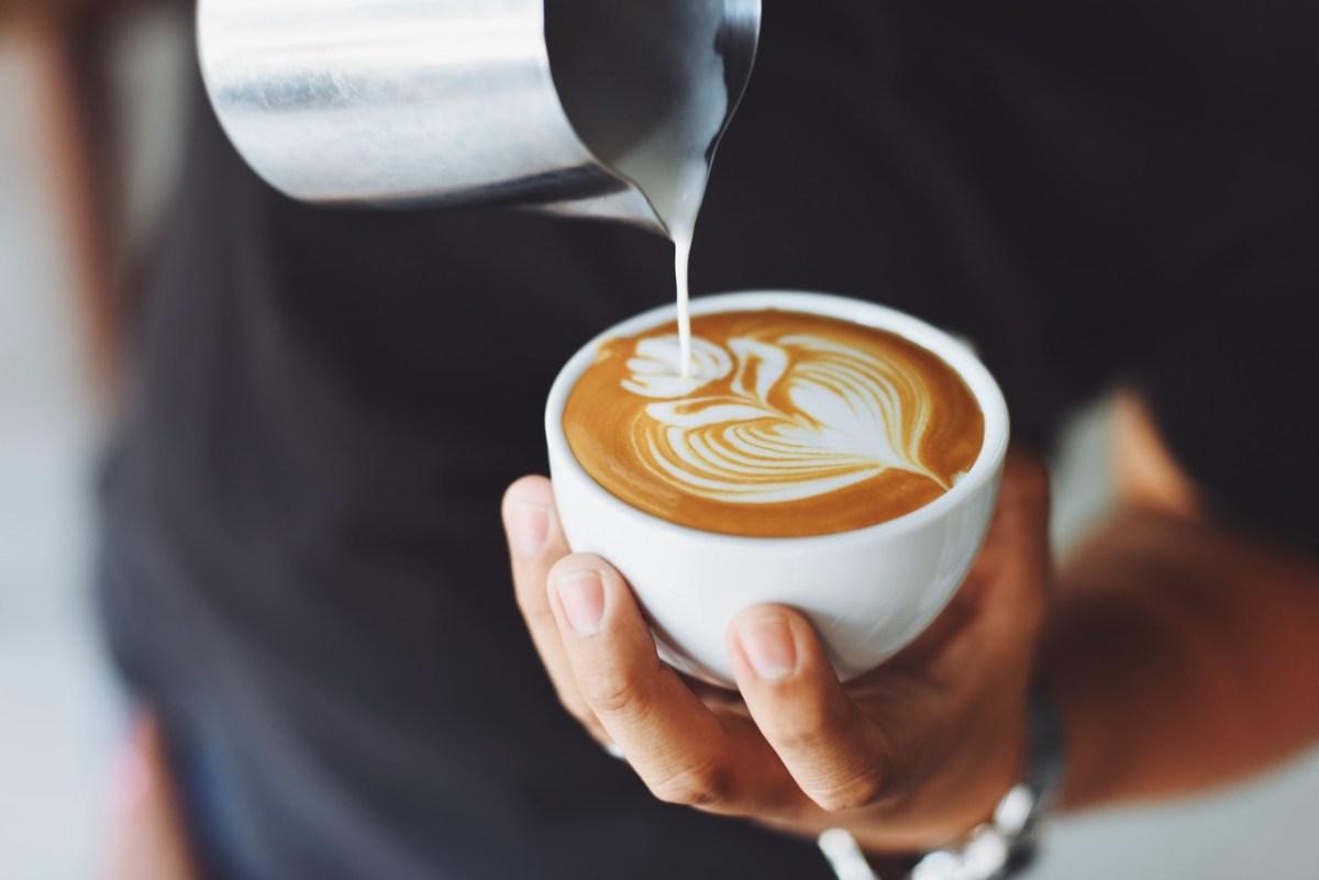仕事中コーヒーが手放せない人はシリコンマグカバーがオススメ。