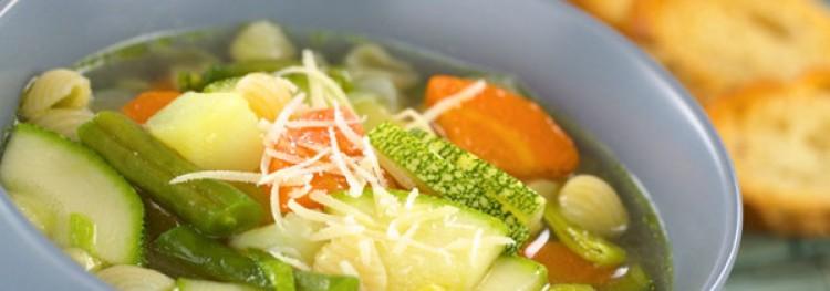Sopa deliciosa em um fogão lento