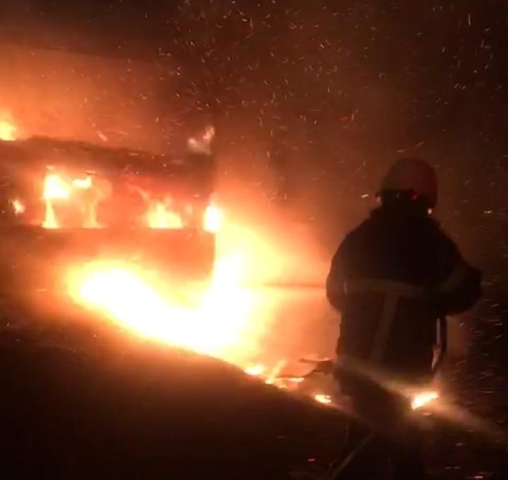 Alev alev yanan kamyon küle döndü