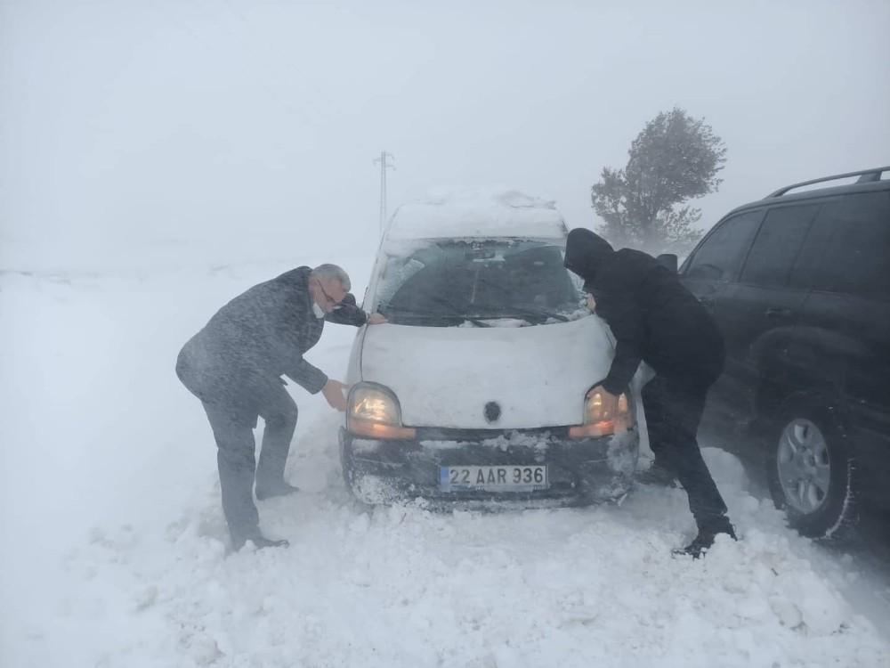 Edirne Valisi, karda mahsur kalan araçları itti