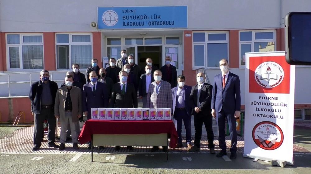 Edirneli süt üreticilerinden köy okulundaki öğrencilere tablet bağışı
