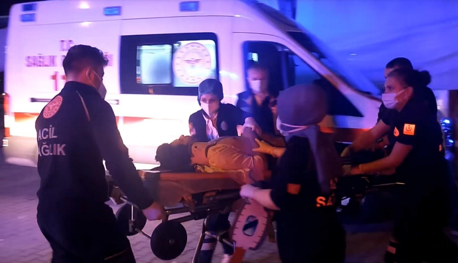 Minibüs ile taksi çarpıştı: 1'i ağır, 3 yaralı