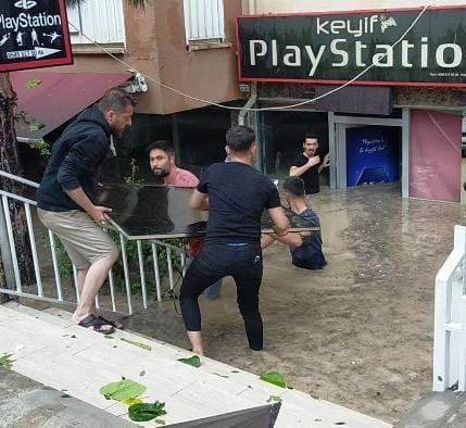 Edirne'de dükkanları sel suları bastı, esnaf malzemelerini kurtarmak için seferber oldu