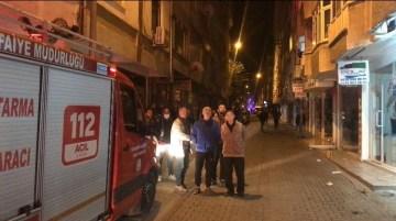 Apartmanın çatısı alev alev yandı, mahalleli sokağa döküldü