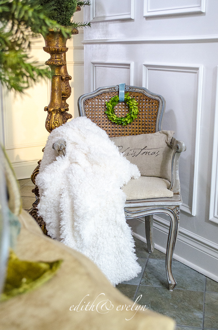 Simple Christmas Vignette | Edith & Evelyn | www.edithandevelynvintage.com