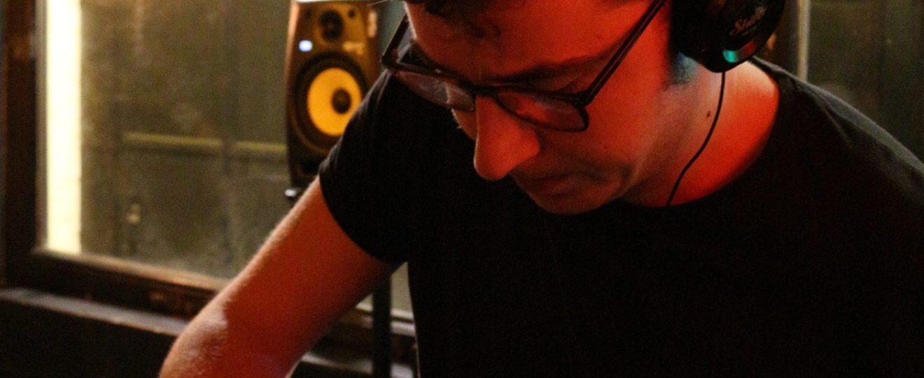 Axel Desgrouas en DJ set pour le lancement de Glassy Eyes aux éditions des Véliplanchistes