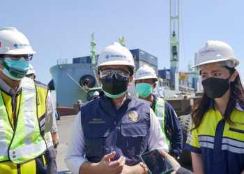 wagub emil dardak pantau kedatangan 60 ton oksigen cair dari konawe di pelabuhan tanjung perak