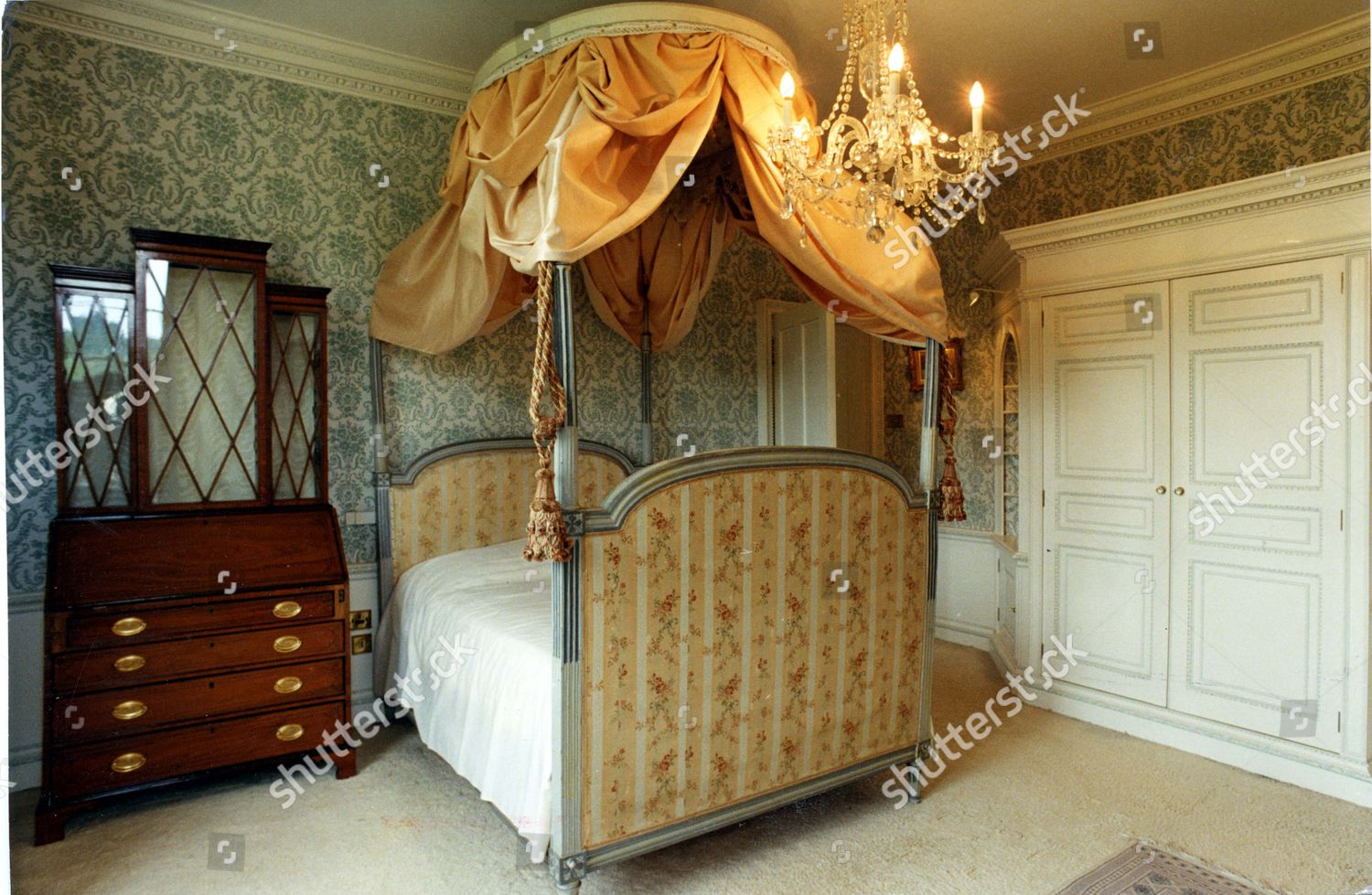 https www shutterstock com de editorial image editorial bedroom with four poster bed at the a850 000 ray mill house lacock wiltshire camilla parker bowles is ready to make herself at home here this is the elegant wiltshire mansion in which the woman who has been charless great love will carve her new l 1139713a