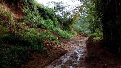 Estrada de Peruíbe deixa moradores da Zona Rural na lama