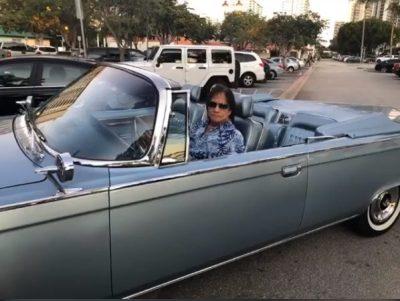 Após show em Praia Grande, Roberto Carlos posa com carro avaliado em R$ 200 mil