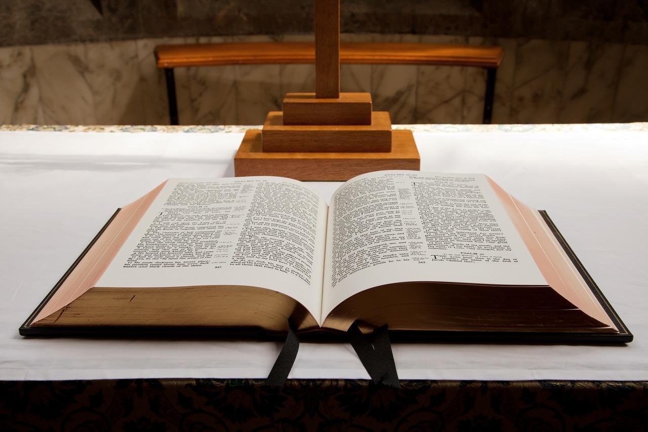La Biblia:   entre la luz y la oscuridad