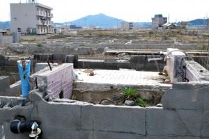 気仙沼、内の脇。破壊された家のお風呂の痕跡。2年半前には、きっとここでゆったりと一日の汗を流していた人がいたのだ。