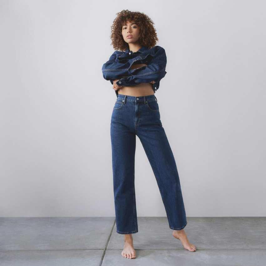 model in Everlane jeans