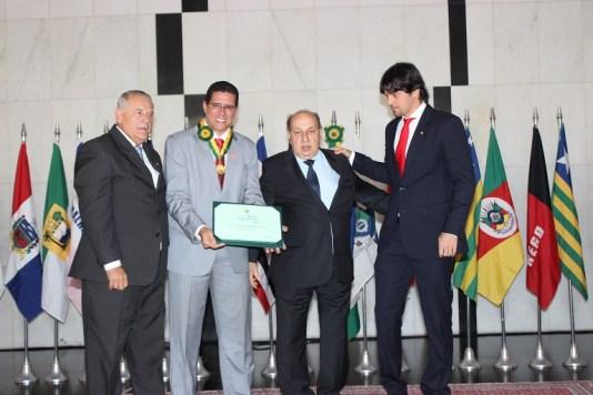 Ao lado de Givald Carimbão, Jardel Aderico recebe medalha